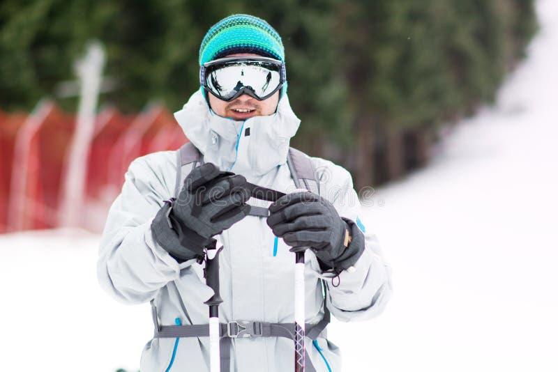 Porträt eines Skifahrers des jungen Mannes auf der Skisteigung Skiausstattung stockfotos
