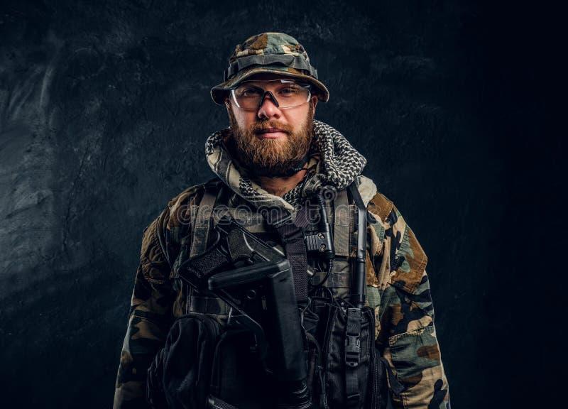 Porträt eines Soldaten der besonderen Kräfte in der getarnten Militäruniform, eine Kamera betrachtend stockfotos