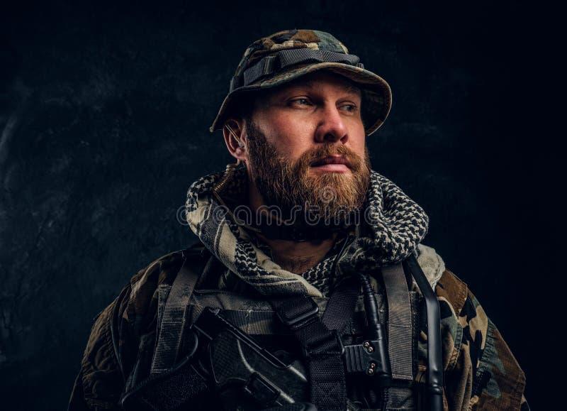 Porträt eines Soldaten der besonderen Kräfte in der getarnten Militäruniform, seitlich schauend stockfotografie