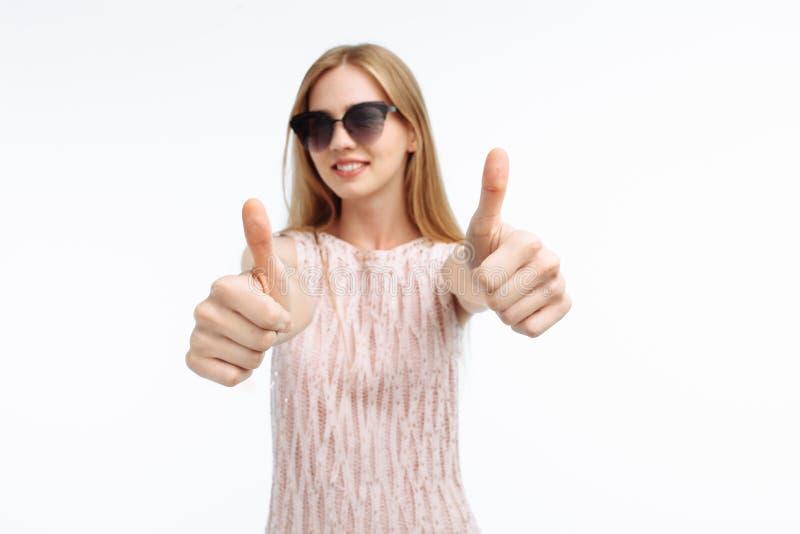 Porträt eines stilvollen emotionalen Mädchens, das Handzeichen cla zeigt lizenzfreie stockbilder