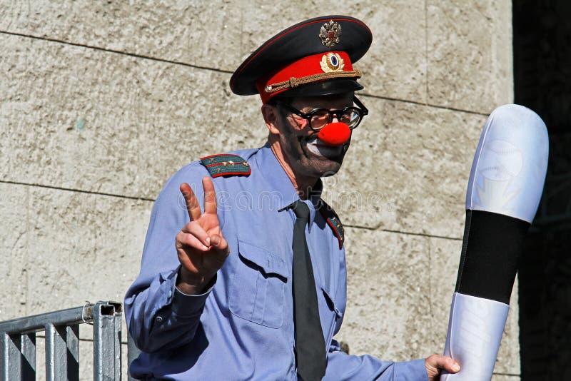 Porträt eines Straßenschauspielers in Form eines Polizisten auf Stelzen am Festival ` Inspiration ` im Park VDNH in Moskau stockfoto