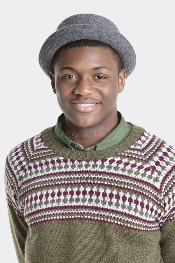 Porträt eines tragenden Hutes des glücklichen Afroamerikanermannes über grauem Hintergrund lizenzfreies stockbild