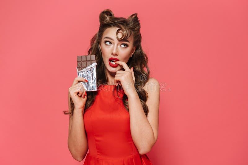 Porträt eines tragenden Kleides des schönen jungen Pin-up-Girl lizenzfreies stockbild