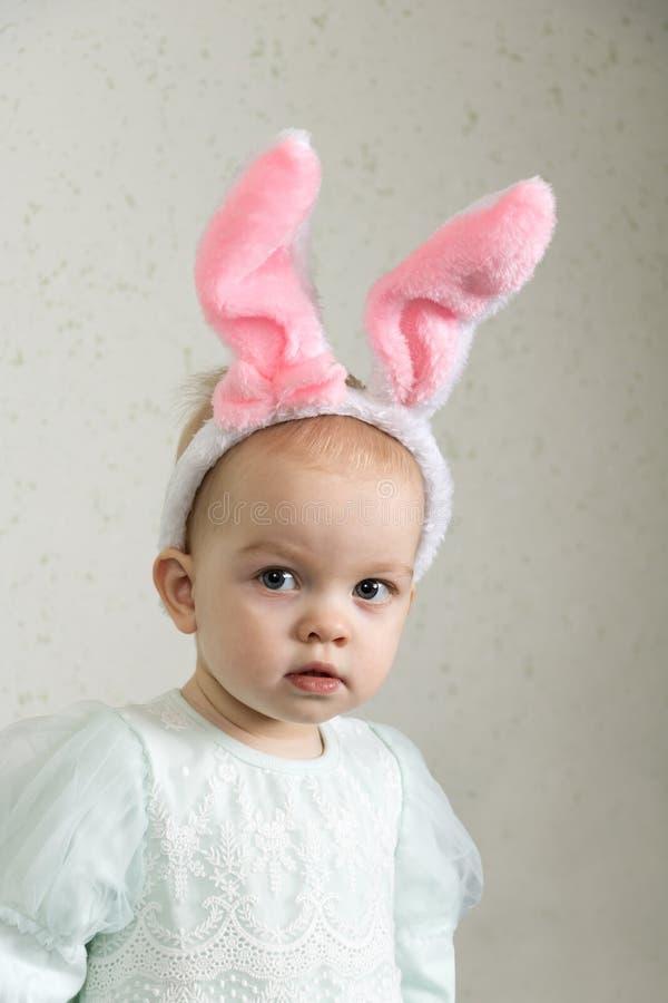 Porträt eines traurigen kleinen Mädchens mit einem Stirnband mit den Häschenohren lizenzfreie stockfotografie
