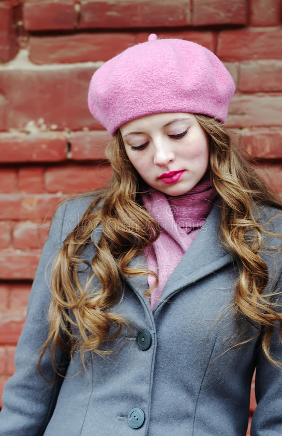 Porträt eines traurigen Mädchens in einem rosa Barett lizenzfreies stockbild