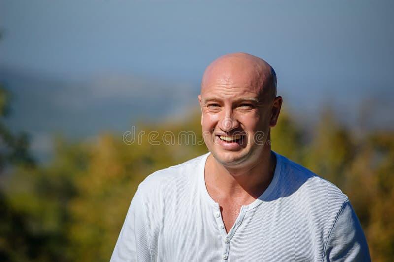 Porträt eines traurigen Mannes, der sehr umgekippt und Schreien ist lizenzfreie stockfotografie