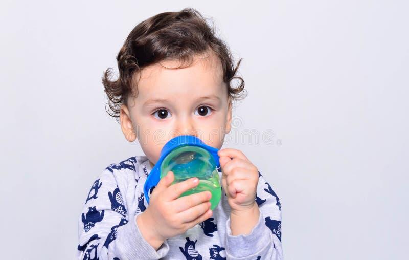 Porträt eines Trinkwassers des netten Kleinkindes von der Flasche lizenzfreies stockbild