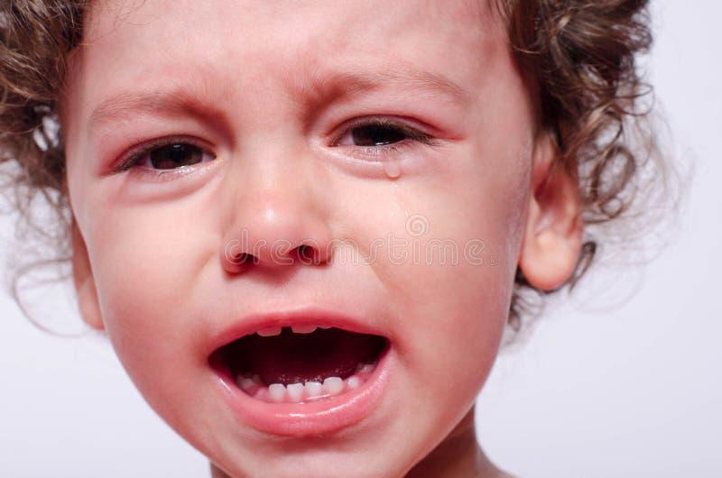 Porträt eines umgekippten Schreiens des Babys stockbild