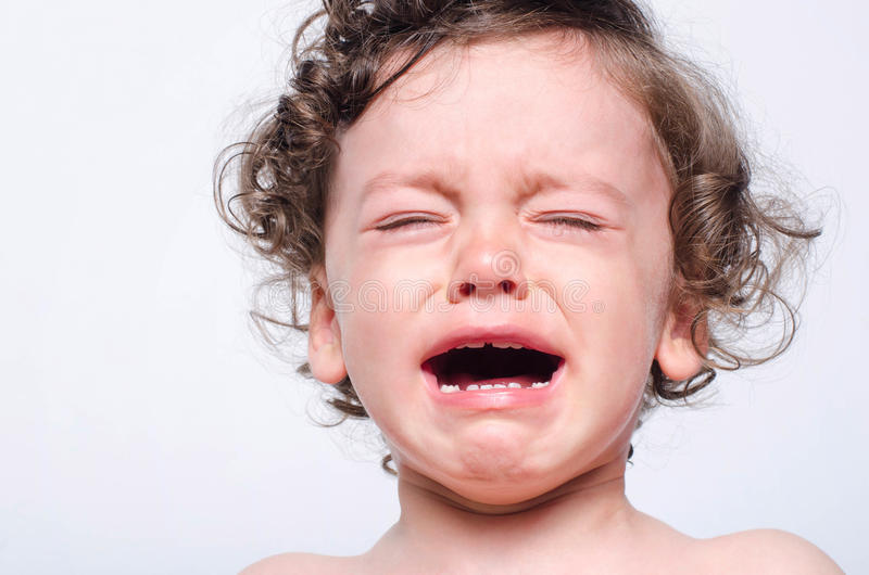 Porträt eines umgekippten Schreiens des Babys stockfotos