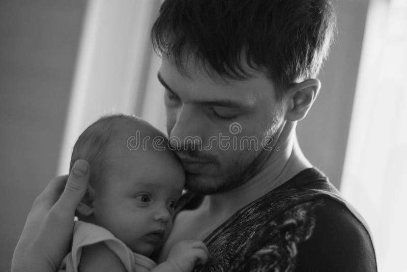Porträt eines Vaters mit einer Babynahaufnahme stockbilder