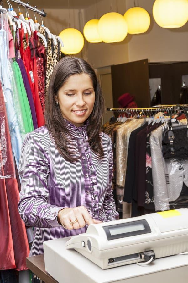 Porträt eines Verkäufers in einem Kleidungs-Shop lizenzfreie stockfotografie