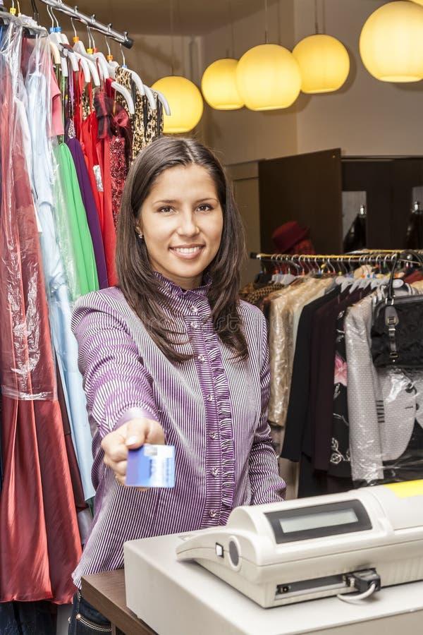 Porträt eines Verkäufers in einem Kleidungs-Shop stockfoto