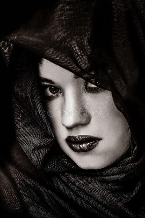 Porträt eines versteckenden Mädchens des Brunette lizenzfreie stockfotos