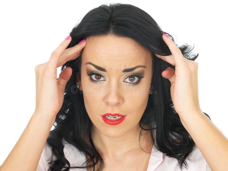 Porträt eines verwirrten durchdachten jungen hispanischen Frauen-Gefühls betont lizenzfreies stockfoto