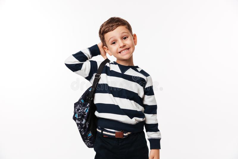Porträt eines verwirrten netten Kleinkindes mit Rucksack stockbilder