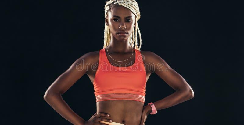 Porträt eines weiblichen Athleten in der Eignung kleidet stockfoto