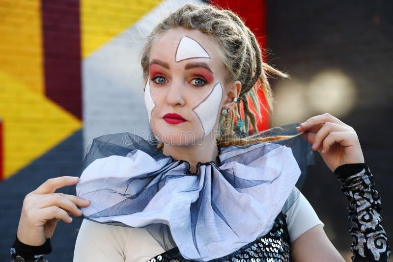 Porträt eines weiblichen Clowns draußen lizenzfreies stockfoto