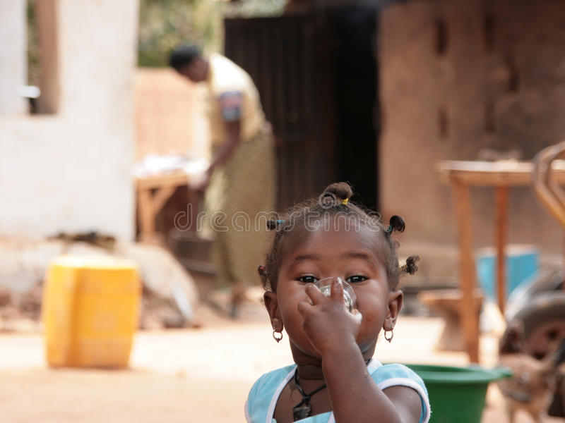 Porträt eines wenig afrikanischen Mädchentrinkens stockfoto