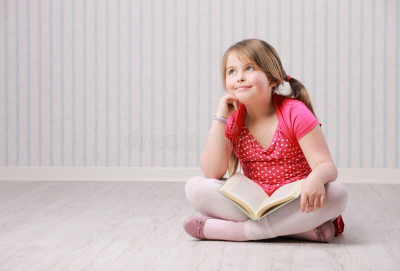 Porträt eines wenig schönen Mädchendenkens stockfotos