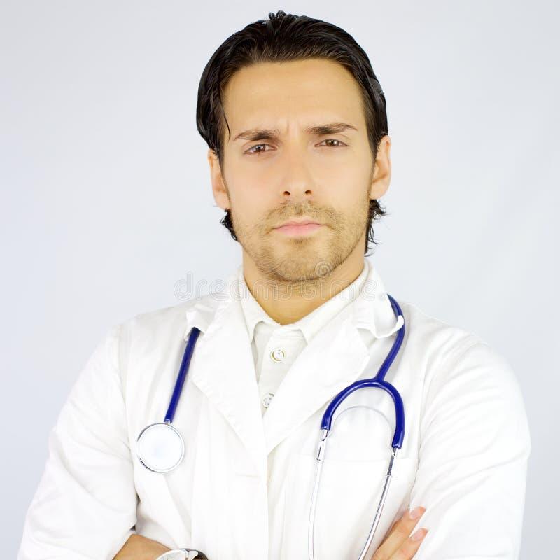 Porträt ernsten hübschen Doktors, der Kamera schaut lizenzfreie stockfotografie