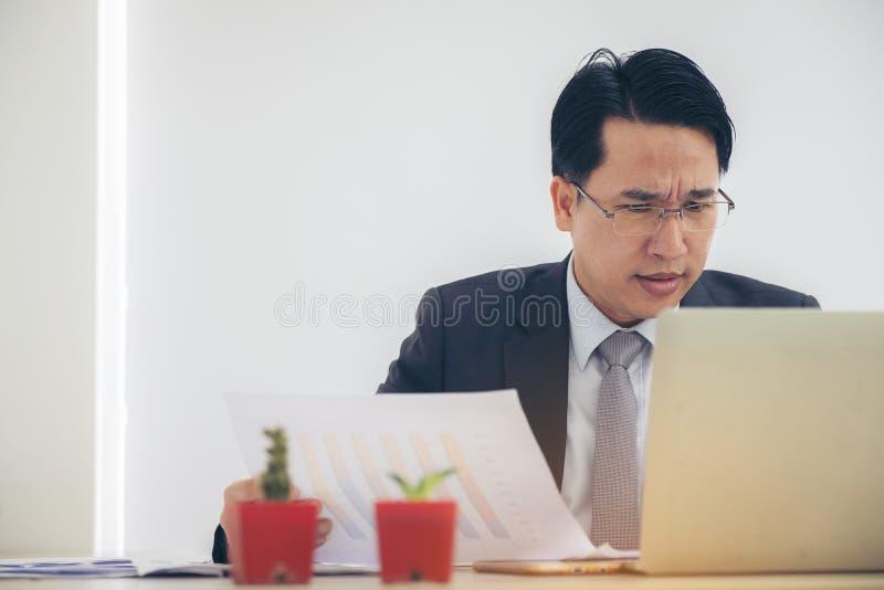 Porträt-Geschäftsmann niedergedrückt durch das Arbeiten im Büro Belastung, Bus lizenzfreies stockbild