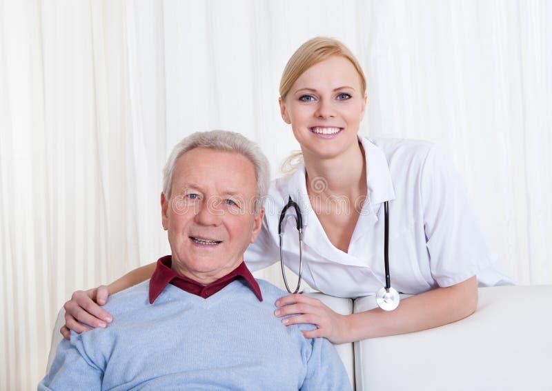 Porträt glücklichen Doktors und des Patienten stockfotos
