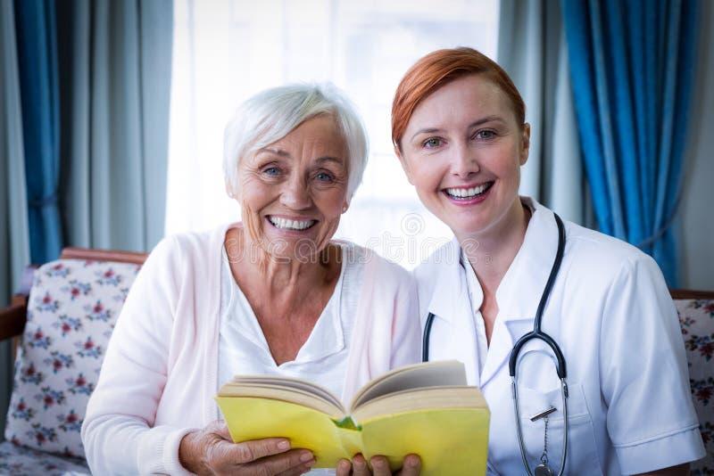 Porträt glücklichen Doktors und des Patienten stockfotografie