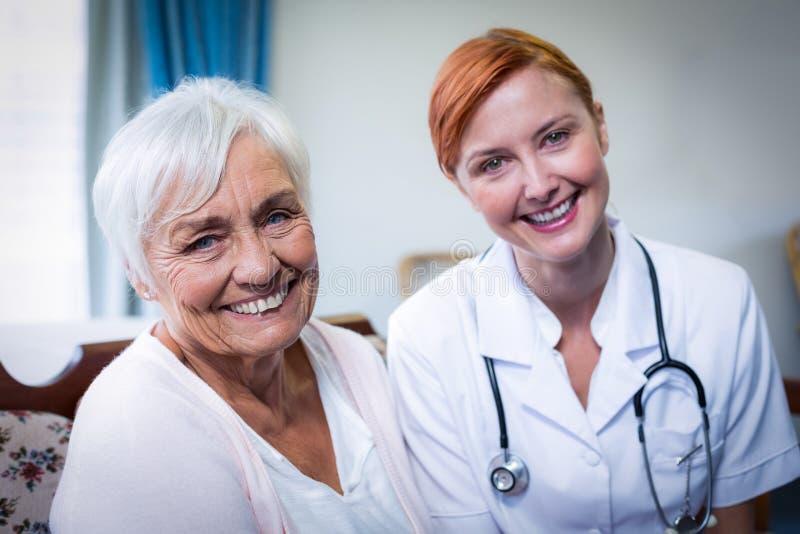 Porträt glücklichen Doktors und des Patienten lizenzfreie stockfotos
