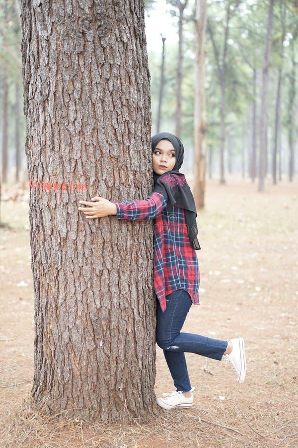 Porträt glücklichen jungen moslemischen Frauenschwarzes hijab und des schottischen Hemdes stockfotografie