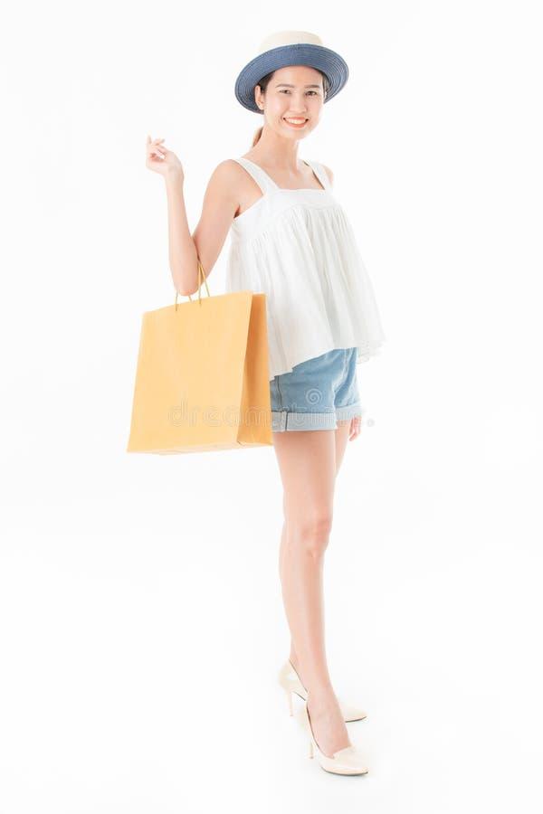 Porträt glücklichen Lächelns der jungen Asiatin mit Einkaufstasche, i lizenzfreie stockfotos