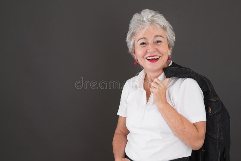 Porträt glücklicher attraktiver älterer Dame stockfotos