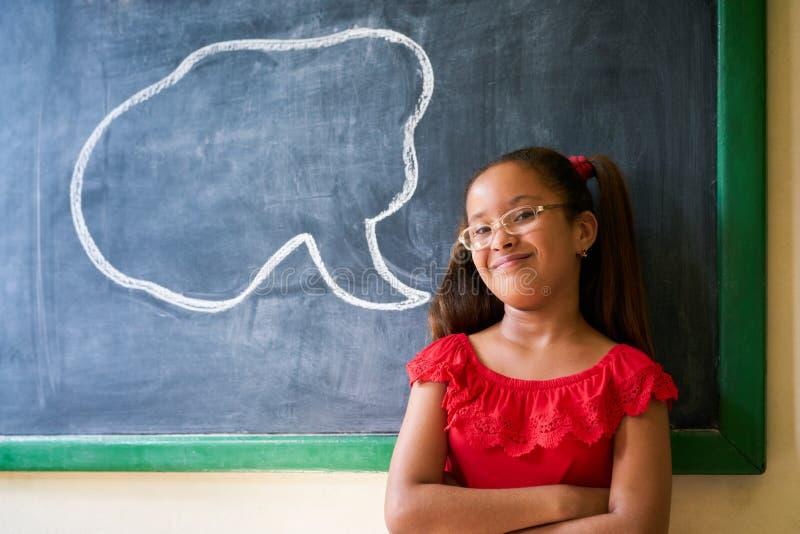 Porträt glücklicher Studentin-With Cloud On-Tafel lizenzfreie stockbilder