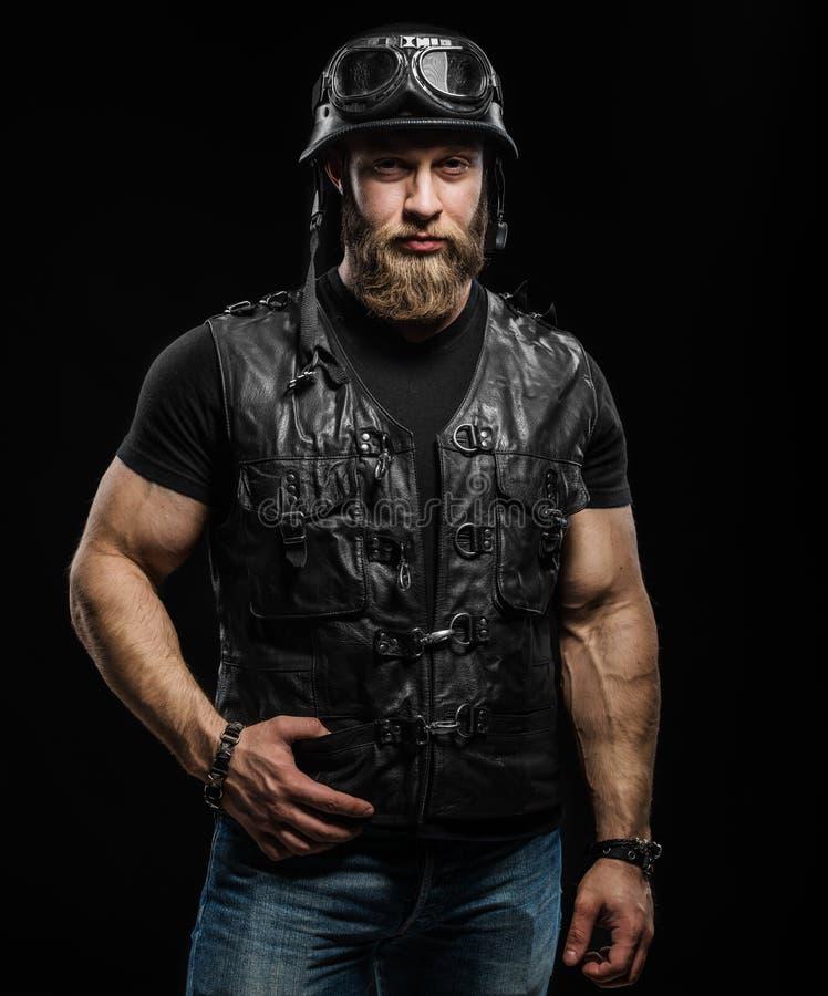 Porträt-hübscher bärtiger Radfahrer-Mann in der Lederjacke und im Sturzhelm stockfotografie