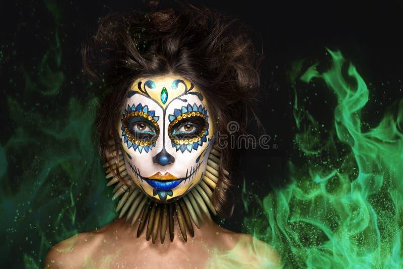 Porträt, Halloween-Mädchen, tote mexikanische Göttin Los Muertos im Feuer lizenzfreies stockbild