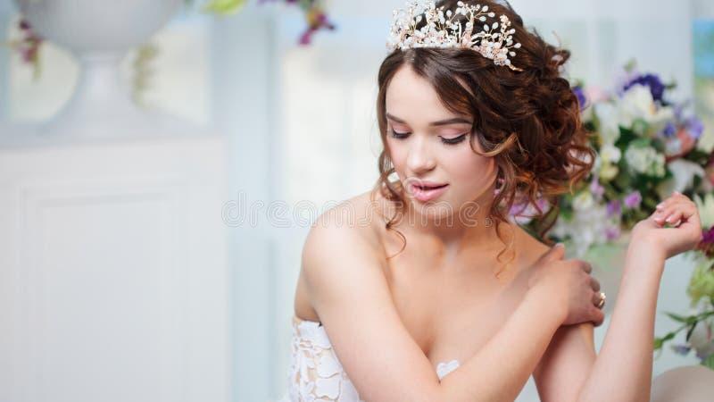 Porträt, Heiratsfrisur, Brunette mit dem gelockten Haar Schönes Mädchen in einem Hochzeitskleid Nahaufnahme lizenzfreie stockfotos
