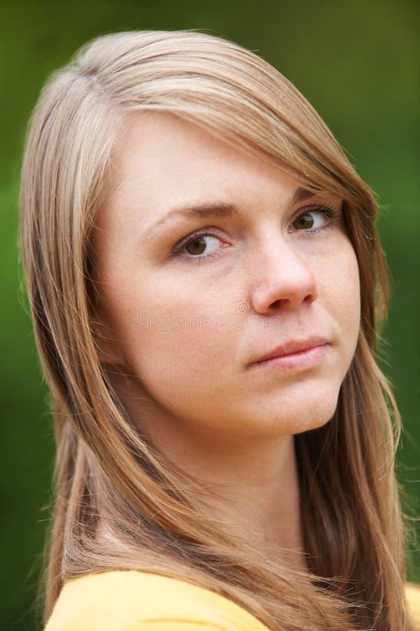 Porträt im Freien der ernsten Frau lizenzfreie stockfotos