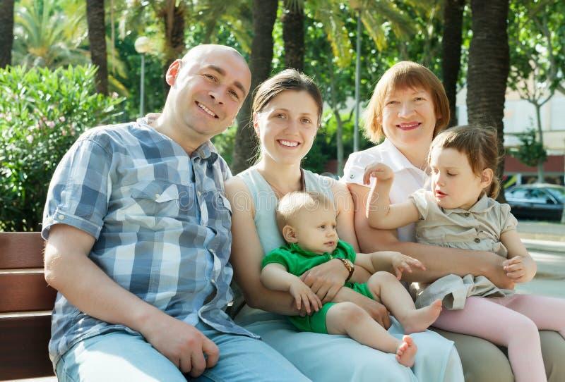 Porträt im Freien der glücklichen fünfköpfiger Familie von mehreren Generationen stockfoto