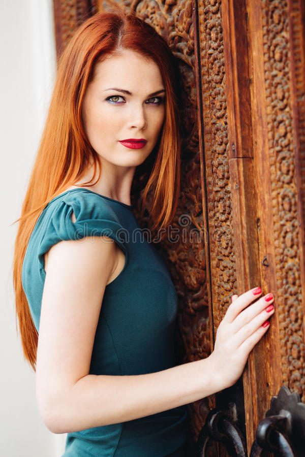 Porträt im Freien der jungen Frau der schönen Rothaarigen lizenzfreies stockfoto