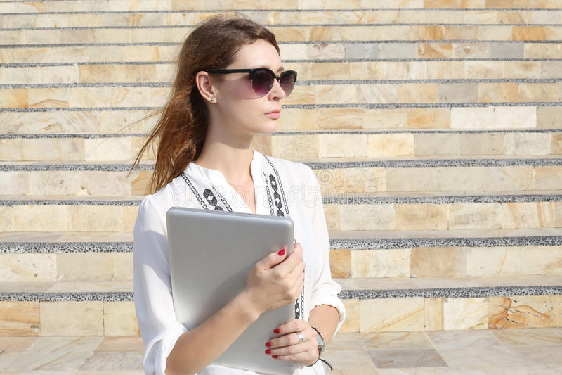 Porträt im Freien der jungen Frau mit Laptop stockbild
