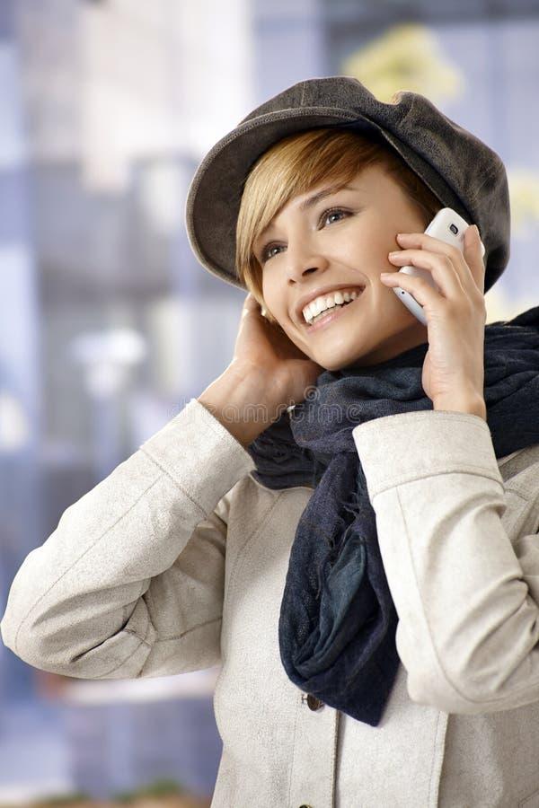 Porträt im Freien der jungen Frau sprechend auf Mobile stockbild