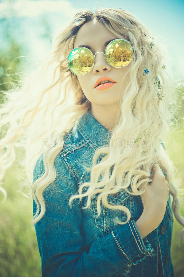 Porträt im Freien der jungen Hippiefrau stockfoto