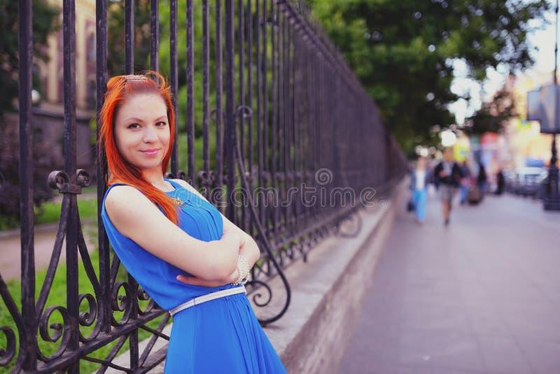 Porträt im Freien der jungen schönen kaukasischen Frau geht auf Straße in StPetersburg, Russland lizenzfreies stockbild