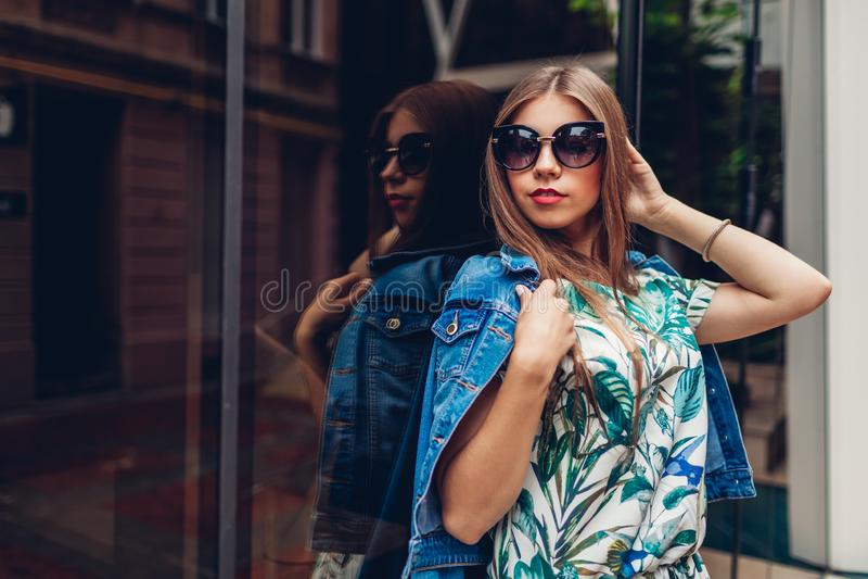 Porträt im Freien der jungen schönen modernen Frau, die stilvolles Zubehör trägt Moderne Ausstattung des Sommers stockbilder