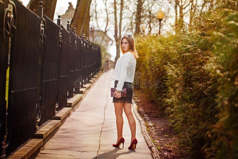 Porträt im Freien der jungen Schönheit aufwerfend auf Straße Am sonnigen Tag Weibliche Mode Junge Frau der Schönheit auf städtisc lizenzfreie stockfotografie