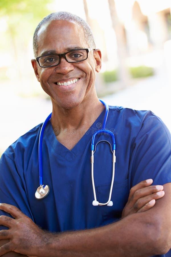Porträt im Freien der männlichen Krankenschwester lizenzfreie stockbilder