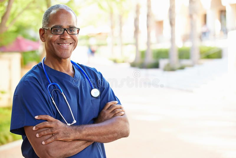 Porträt im Freien der männlichen Krankenschwester stockfotos