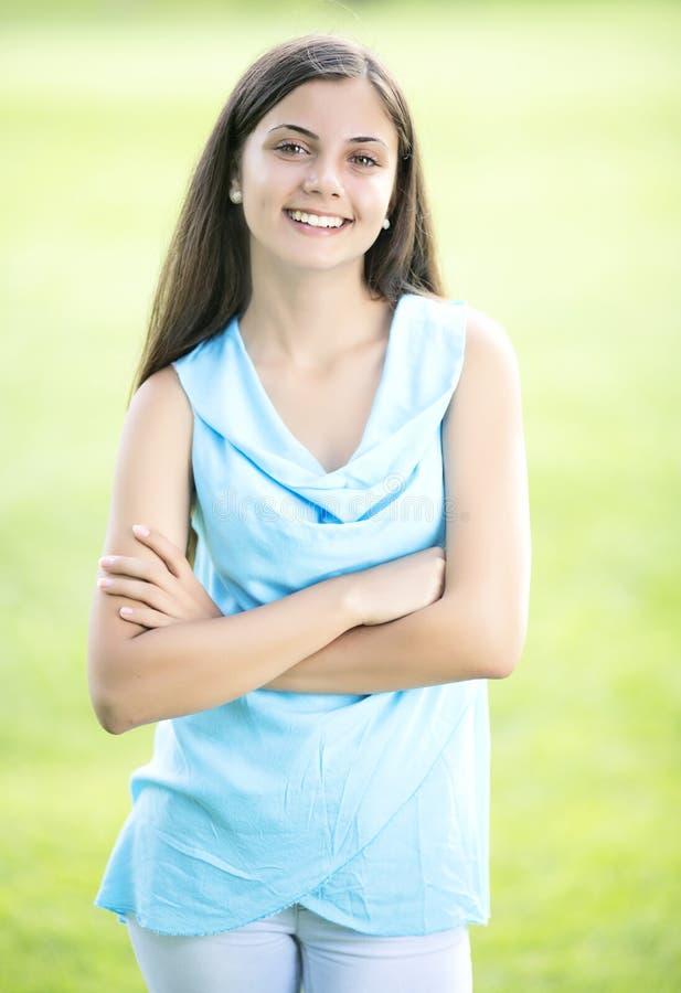 Porträt im Freien der schönen jungen Frau stockfoto