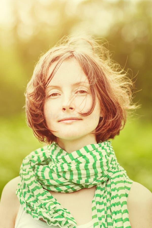 Porträt im Freien der schönen jungen Frau mit Wind in ihrem Haar stockbild