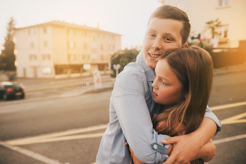 Porträt im Freien des glücklichen Jungen und des Mädchens lizenzfreie stockbilder