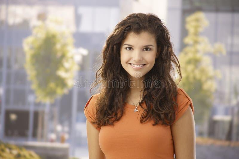 Porträt im Freien des glücklichen Mädchens stockfoto